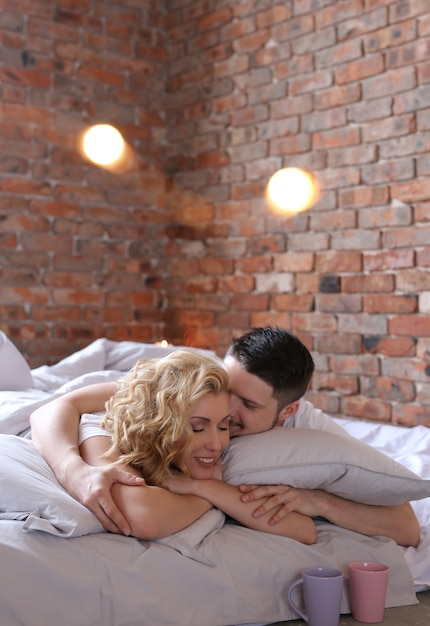 カップルはベッドに横になっていると愛を作る 無料写真