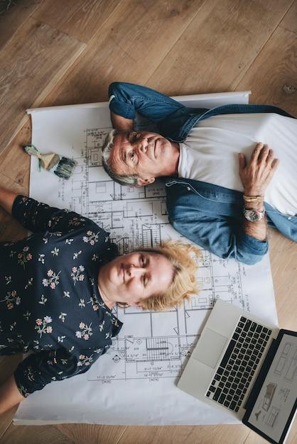 그들의 새 집에서 바닥에 누워 몇 프리미엄 사진