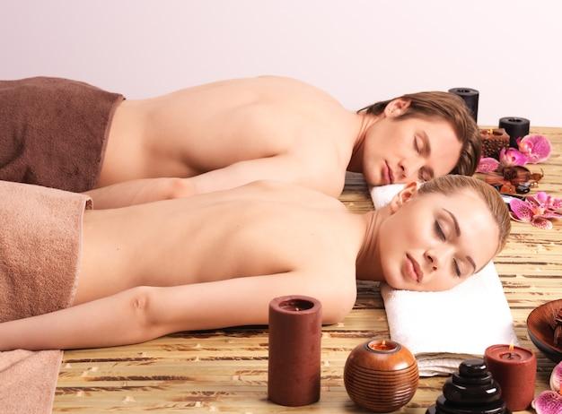 スパサロンのマッサージデスクに横たわっているカップル。美容トリートメントのコンセプト。 無料写真