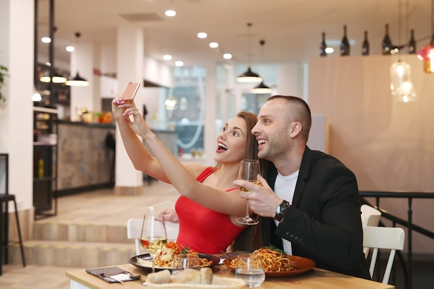Пара, делающая селфи в ресторане Бесплатные Фотографии