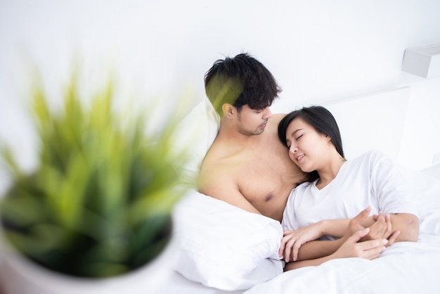 Couple man and woman slpeeing on bed Premium Photo