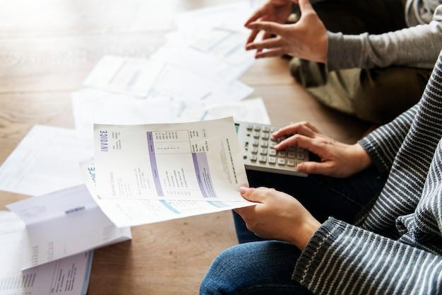 Couple managing the debt Premium Photo