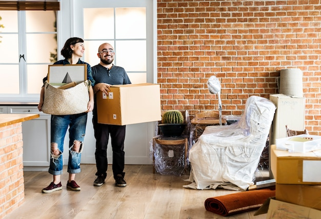 Couple moving into new house Premium Photo