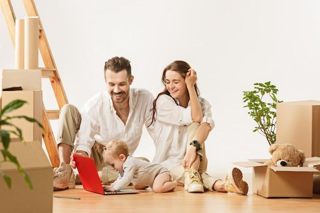 Пара переезжает в новый дом - счастливые женатые люди покупают новую квартиру, чтобы начать новую жизнь вместе Бесплатные Фотографии