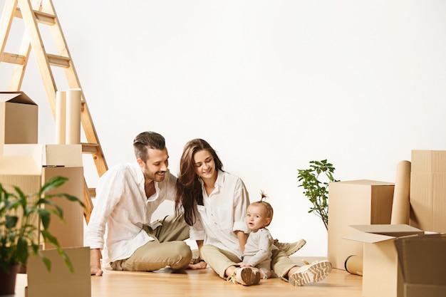 새 집으로 이사하는 부부-행복한 결혼 한 사람들은 새로운 아파트를 사서 함께 새로운 삶을 시작합니다 무료 사진