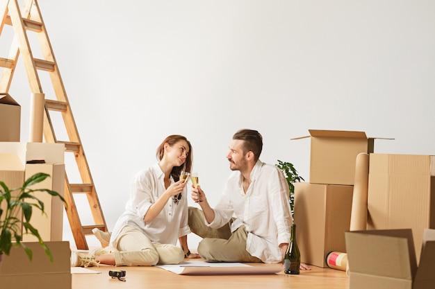 Пара переезжает в новый дом. Бесплатные Фотографии