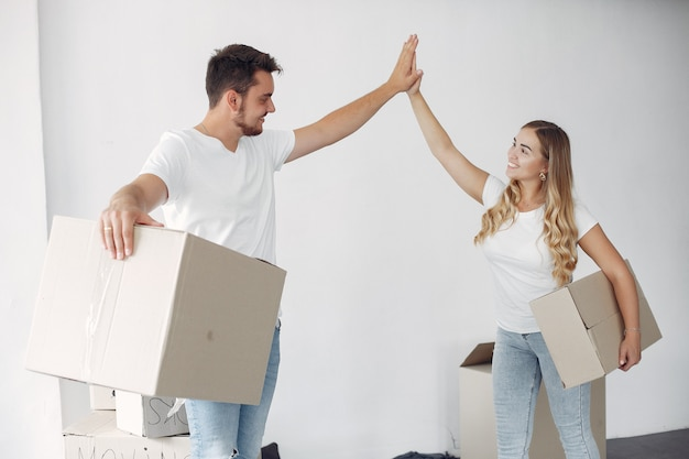 Couple moving and using boxes Free Photo