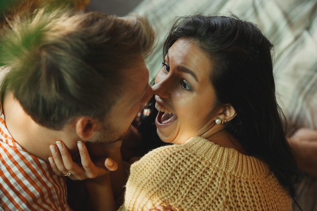 함께 편안한 집에서 연인 커플입니다. 백인 남자와 여자 주말, 부드럽고 행복해 보인다 무료 사진