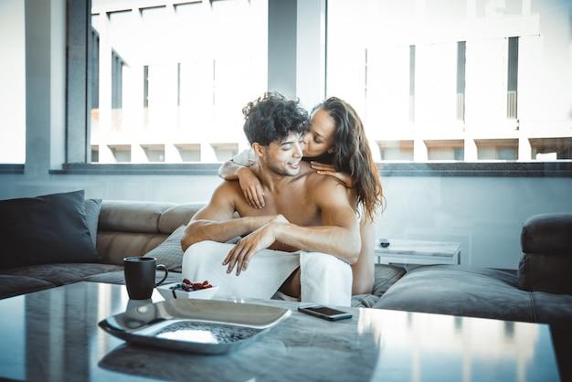 アパートの恋人のカップル Premium写真