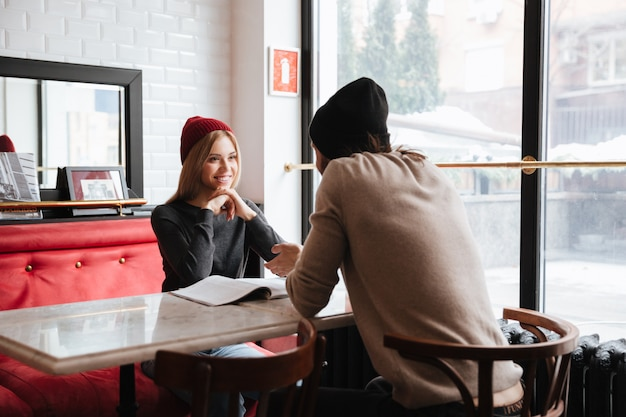 Пара на свидании в кафе Бесплатные Фотографии