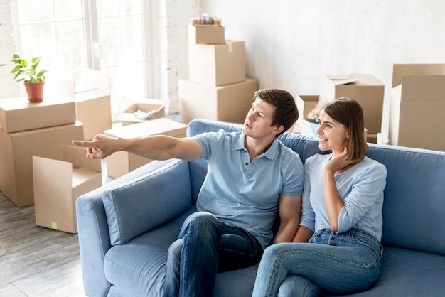 Пара на диване готовится съехать Бесплатные Фотографии