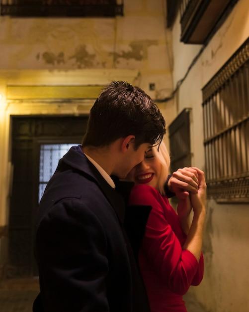 Пара на день святого валентина на улице Бесплатные Фотографии