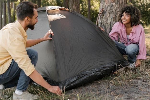 Coppia all'aperto impostazione tenda Foto Gratuite