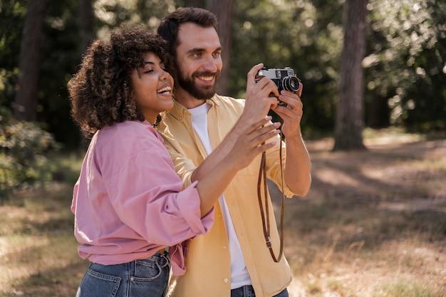 Пара на открытом воздухе фотографирует с камерой Бесплатные Фотографии