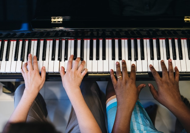 Couple playing and singing together Premium Photo