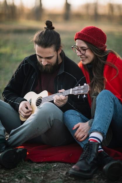 Пара играет на гитаре Бесплатные Фотографии