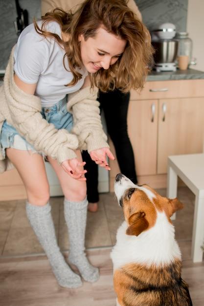 Пара играет с собакой дома Бесплатные Фотографии