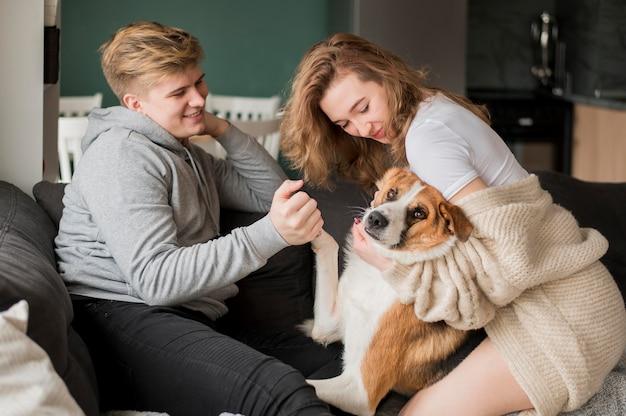 Пара играет с собакой Бесплатные Фотографии