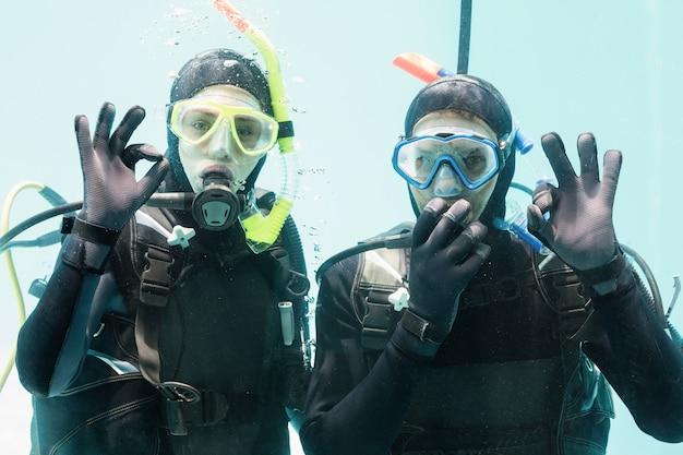Couple practicing scuba diving together Premium Photo