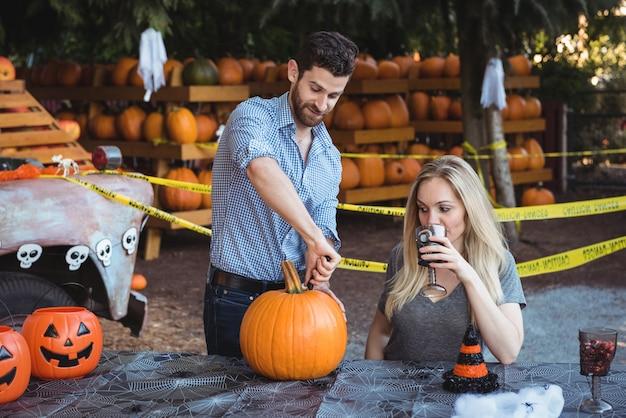 Couple preparing halloween Free Photo