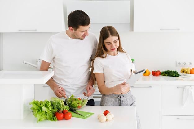 Пара готовит салат Бесплатные Фотографии