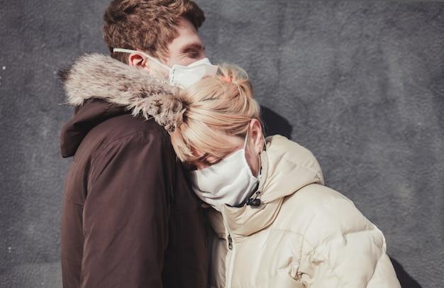 防護マスクのカップル Premium写真