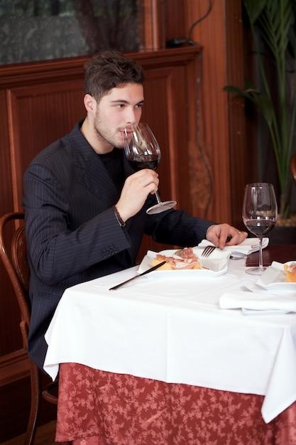 Couple at restaurant Premium Photo