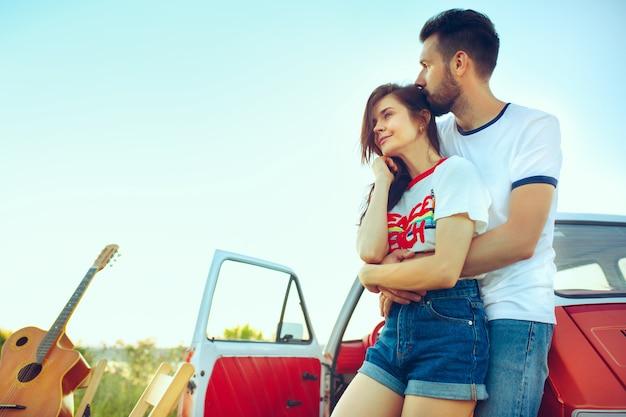 川の近くの夏の日にビーチで休んでいるカップル。白人の男性と女性 無料写真