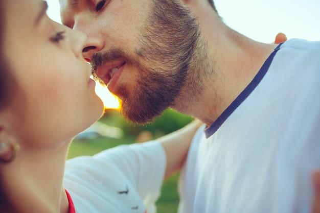 川の近くの夏の日にビーチで休んでいるカップル。愛、幸せな家族、休暇、旅行、夏のコンセプト。 無料写真