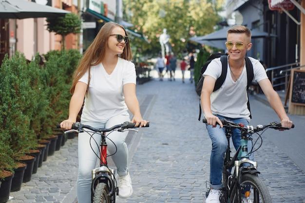 Пара, езда на велосипедах в летнем городе Бесплатные Фотографии