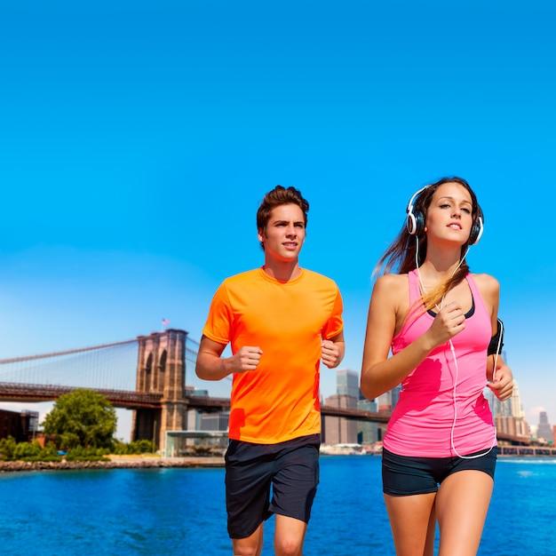 Couple running in new york brooklyn photo mount Premium Photo