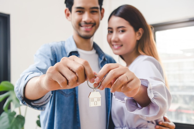 Couple showing keys apartment after purchase. Premium Photo