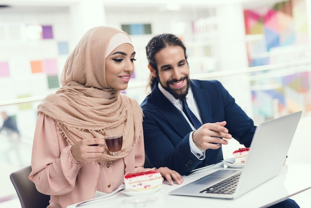 Couple sitting in cafe after shopping Premium Photo