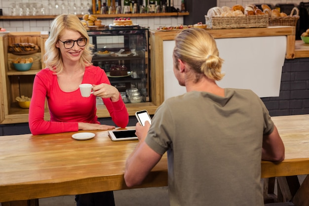 Couple sitting at a table Premium Photo