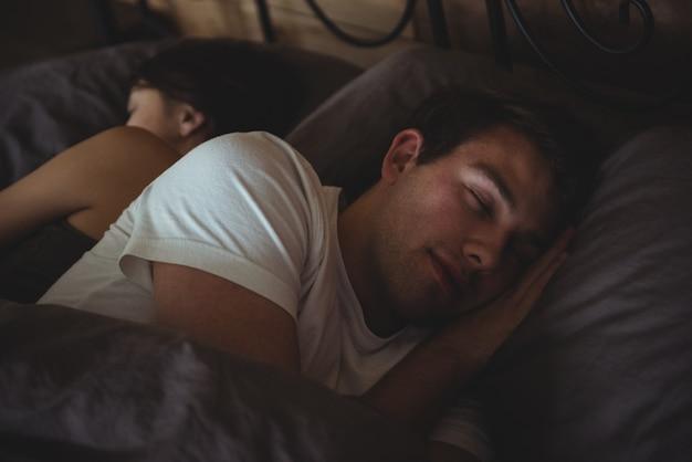 Пара спит на кровати в спальне Бесплатные Фотографии