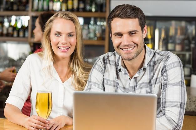 Couple smiling at camera Premium Photo
