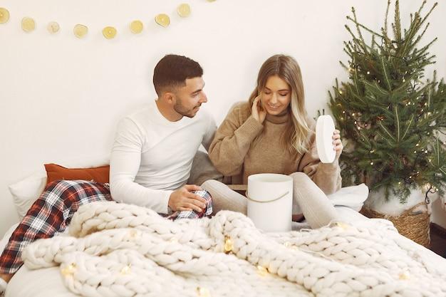 부부는 크리스마스 장식으로 집에서 시간을 보내고 무료 사진
