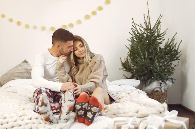 Le coppie trascorrono del tempo a casa con decorazioni natalizie Foto Gratuite