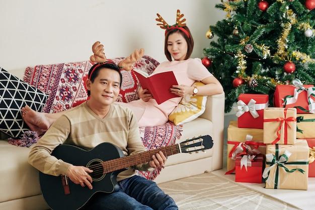 Couple spending christmas at home Premium Photo