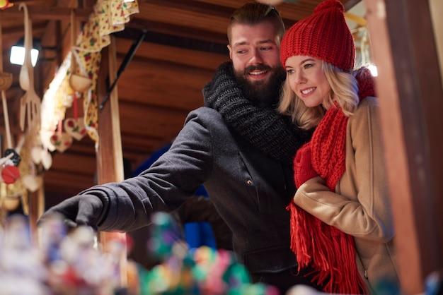 크리스마스 시장에서 시간을 보내는 커플 무료 사진