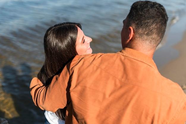 Пара, проводящая время вместе на пляже Бесплатные Фотографии