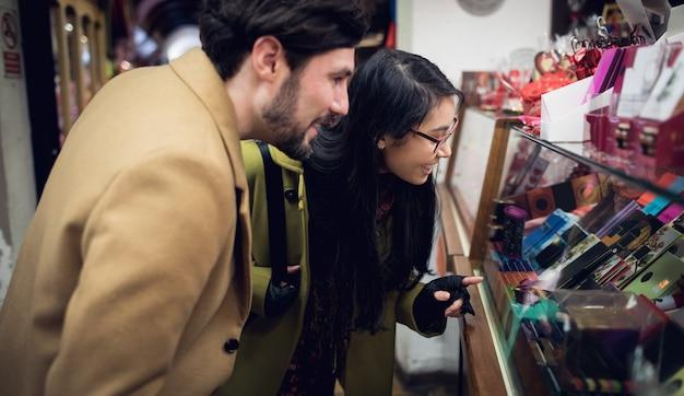 スーパーマーケットのギフトカウンターに立っているカップル 無料写真
