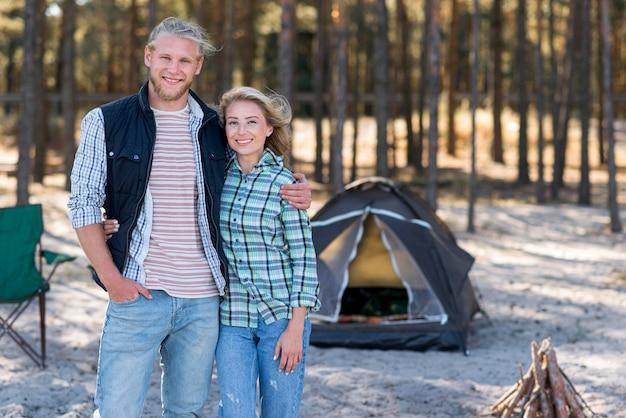 Пара, стоящая перед палаткой Бесплатные Фотографии