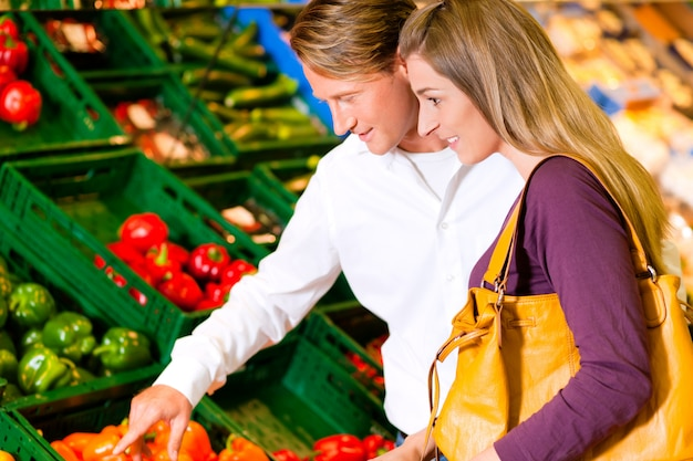 Couple in supermarket shopping groceries Premium Photo
