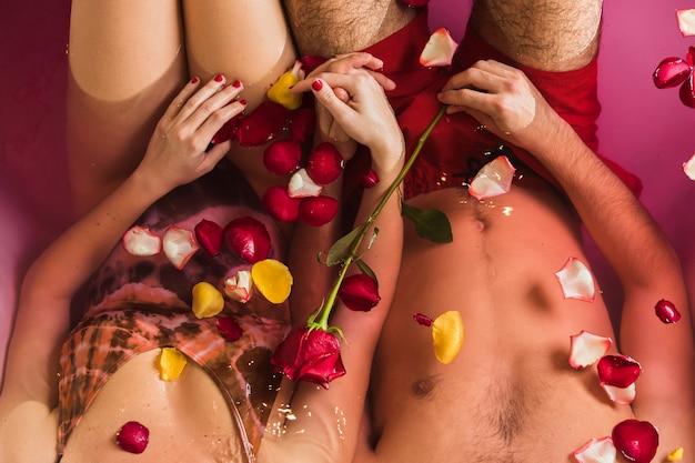 Пара, принимая ванну на день святого валентина Бесплатные Фотографии