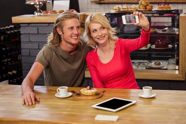 Selfieを取るカップル Premium写真