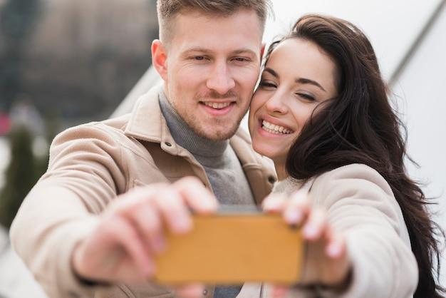 Пара, делающая селфи Бесплатные Фотографии