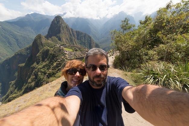 Couple taking selfie at machu picchu, peru Premium Photo