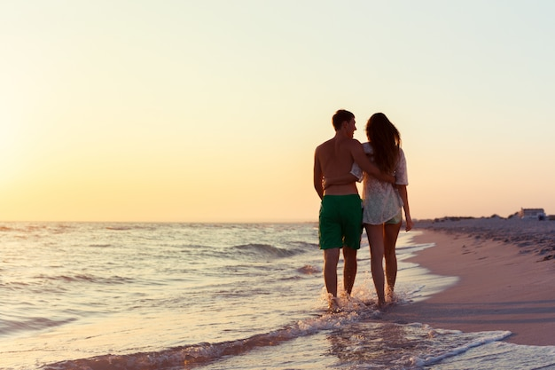 Couple taking a walk on the beach Premium Photo