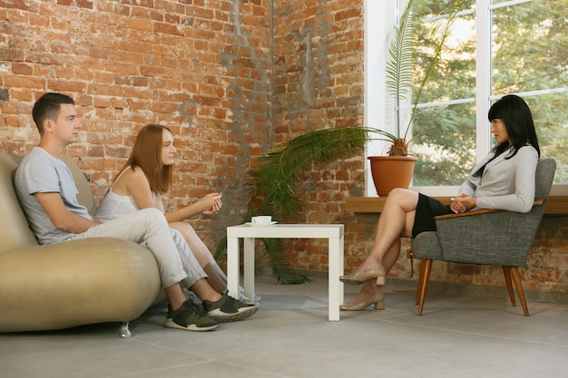 Couple in therapy or marriage counseling. psychologist, counselor, therapist or relationship consultant giving advice. man and woman sitting on a psychotherapy session. family, mental health concept. Free Photo